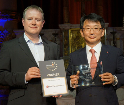 Andy Sutton of EE and Changhee Han of LG Benelux