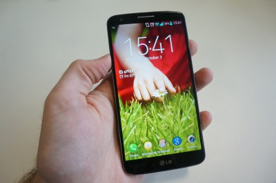 LG_G2_in_hand